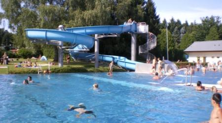 open swimmingpool with slide on Camping Plage Beaufort Luxembourg