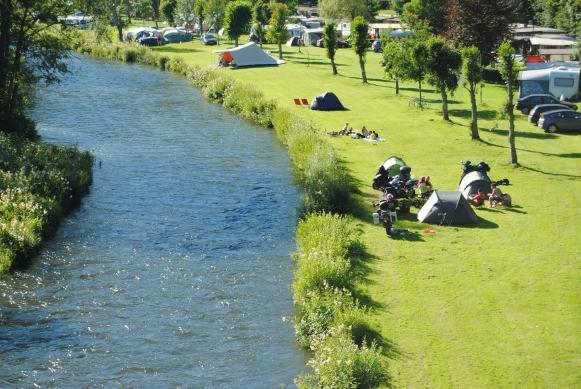 Camping du Nord Goebelsmuhle Luxemburg, camp with tent, caravan and folding caravan alongside the river